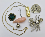 Lot 177 - Group lot costume jewellery - 2 x diamante brooches, 60s gilt mesh pendant on chain, green stone brooch & pink plastic parrot earring